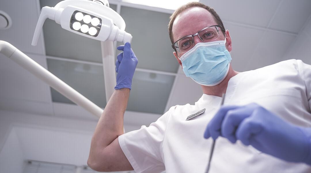 Одномоментная имплантация зубов сразу с удалением зуба в стоматологическом центре Доктор Левин