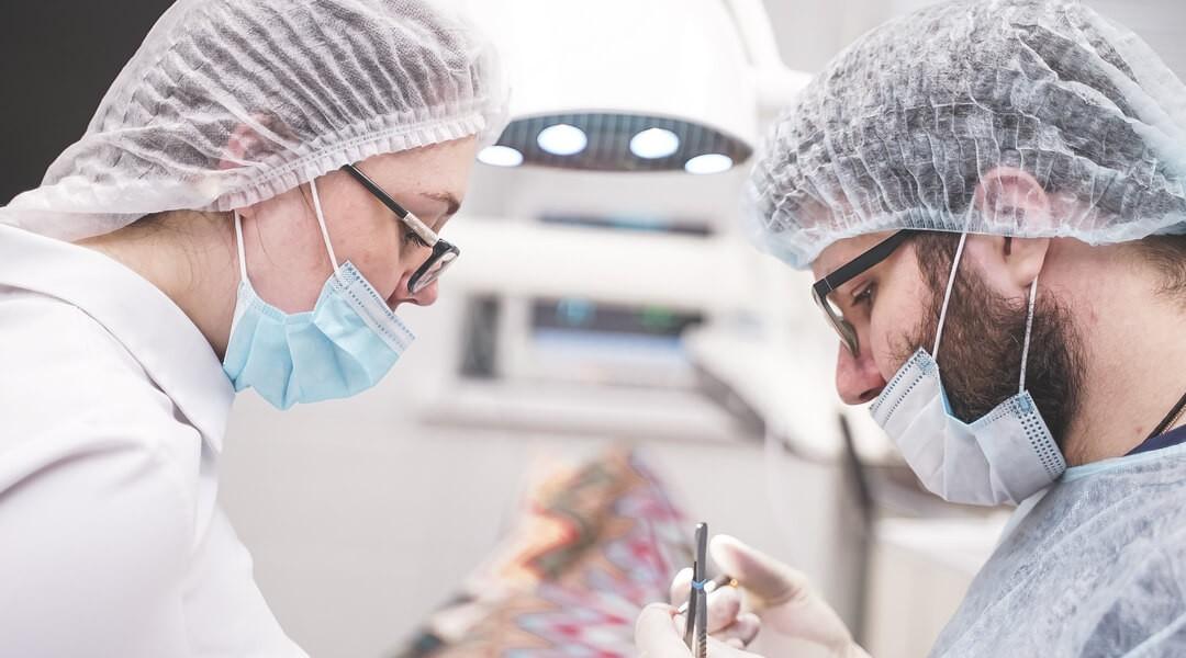 Имплантация передних зубов в Центре Приватной Стоматологии Доктора Левина - врачи за работой
